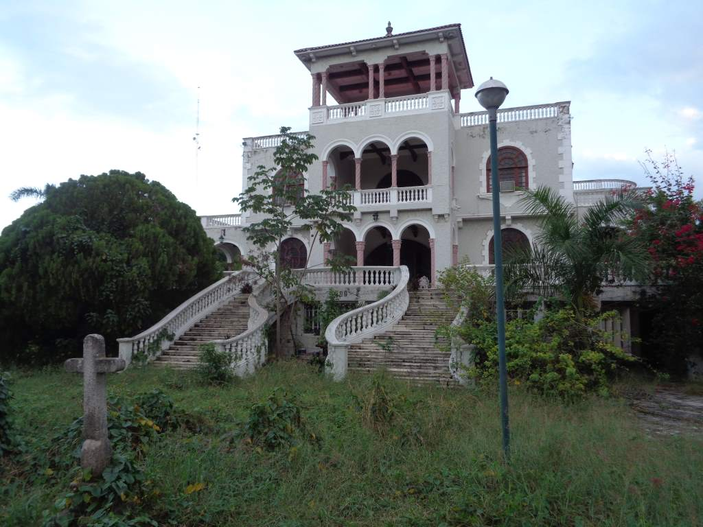 Right next door: abandoned mansion with jungle slowly taking over.